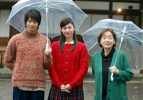 左から、向井理、松下奈緒、『ゲゲゲの女房』の著者、武良布枝